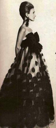 1960s glamour. https://gtnow.co/k4v0c #dreamredcarpet @The Zoe Report @Rent the Runway