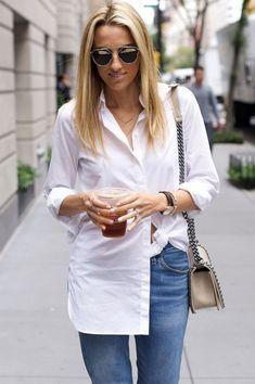 Calça jeans e camisa branca com amarração.