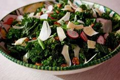 The Obamas' Thanksgiving menu this year includes this salad, made with kale and other ingredients harvested from the famous White House vegetable garden. Kale Salad Recipes, Healthy Recipes, Healthy Gourmet, Healthy Eating, Skinny Recipes, Gourmet Recipes, Healthy Snacks, Going Vegetarian, Thanksgiving Side Dishes