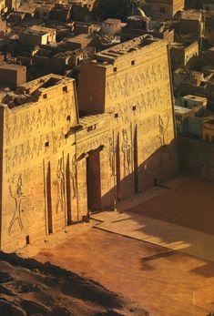 Templo de Horus en Edfú.  Terminado 57 a.c. por Ptolomeo XII, padre  de Cleopatra