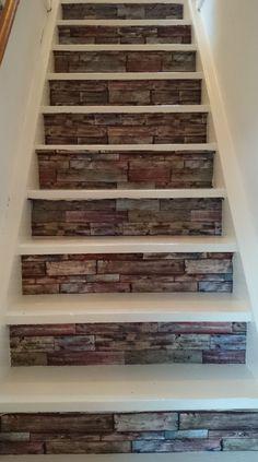 Deze trap is geschilderd en stootborden behangen. Mooi en stoer!