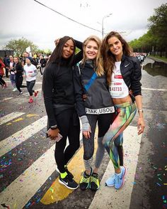 Acordou cedo para se correr? Você não está sozinha: direto de Moscou na Rússia @IzabelGoulart se reuniu às amigas @natasupernova e @iamnaomicampbell para suar a camiseta na corrida de 10km do @Running_hearts projeto da @Nike com Vodianova que arrecada fundos para a sua @nakedheartfoundation  ONG que presta assistência a crianças com dificuldades de desenvolvimento. Bela iniciativa! (Foto: @afinsky) #izabelgoulart #nataliavodianova #naomicampbell #runninghearts  via VOGUE BRASIL MAGAZINE…