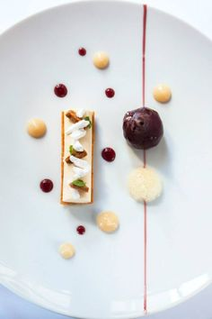 For the restaurant section : very minimalist picture Fancy Desserts, Delicious Desserts, Weight Watcher Desserts, Gourmet Recipes, Sweet Recipes, Michelin Food, Dessert Mousse, Dessert Presentation, Low Carb Dessert
