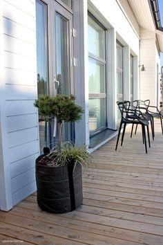 terassit | Valkoinen Harmaja Black Garden, Outdoor Entertaining, My Dream Home, Outdoor Gardens, Terrace, Villa, Home And Garden, Loft, House Design