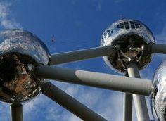 比利时 Belgium 布鲁塞尔 Brussels,高空行走表演者在原子塔上表演。以铁分子为原型放大1650亿倍的原子塔是为1958年世界博览会而设计的,原本计划只保留6个月,后来却成为布鲁塞尔的标志性建筑。摄影师:Yves Herman