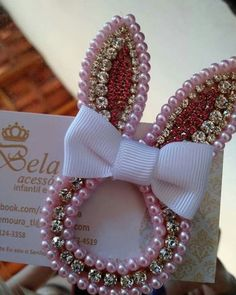 Ana Delbem (@anadelbem) • Fotos e vídeos do Instagram Bead Embroidery Patterns, Bead Embroidery Jewelry, Ribbon Embroidery, Fabric Flower Headbands, Baby Headbands, Wedding Cake Pearls, Hair Bow Tutorial, Hair Jewels, Ribbon Art