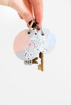 Kijk wat ik gevonden heb op Freubelweb.nl: een gratis werkbeschrijving van Sugar and Cloth om deze leuke sleutelhanger van klei te maken https://www.freubelweb.nl/freubel-zelf/zelf-maken-met-klei-sleutelhanger/