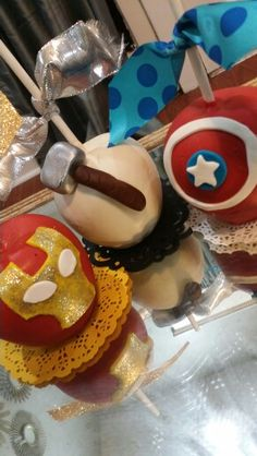 Avengers chocolate covered apples Chocolate Covered Apples, Caramel Apples, Candy Apple Bars, Carmel Candy, Gourmet Candy Apples, Cute Halloween Treats, Candy Crafts, Summer Treats, Sweet And Spicy