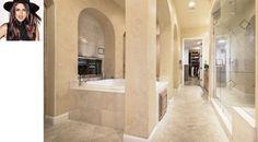 A atriz e cantora Selena Gomez optou por um banheiro sofisticado