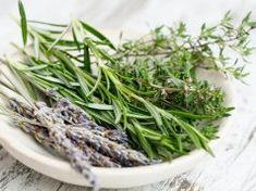 Remedies For Migraine - by Controbuting Author Herbs have more uses than adding flavor to your dinner. Herbs have medicinal properties that people have been tapping into for centuries. Before the time of modern medicine, you would use herbs to Natural Cures, Natural Health, Natural Oils, Salud Natural, Home Remedies For Hair, Hair Remedies, Shampoo Bar, Growing Herbs, Fast Growing