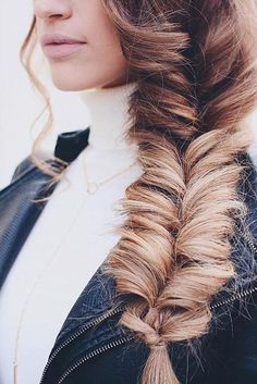 We love this braid! <3 It's a recreation of the Faux Fishtail braid with Dirty Blonde #LuxyHairExtensions on @karindragos. Click to watch the tutorial!