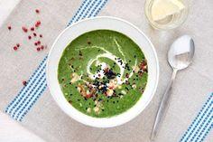 Brokkoli-Spinat-Suppe mit Walnüssen, Sesam und rotem Pfeffer