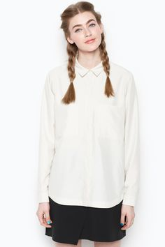 A blouse based on the creed of simplicity and classicism. In another shade of beige, this shirt makes its own shawdows - polished up or dressed down.
