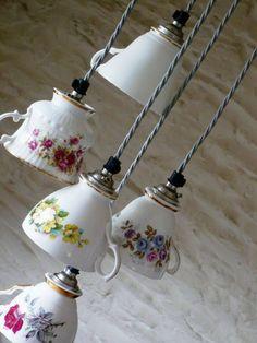 Usare le tazze da the' come lampadari è una idea geniale.