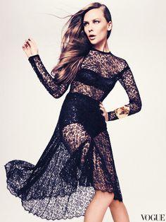 Кружевное платье, Michael Kors; атласные бра и трусы, все Dolce & Gabbana; браслет, Alexis Bittar.