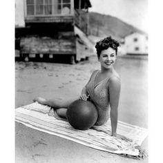 summers-in-hollywood: Paulette Goddard 1943 Good Vibes &. Vintage Hollywood, Hollywood Glamour, Hollywood Stars, Classic Hollywood, Hollywood Beach, Paulette Goddard, Divas, Vera Ellen, Pin Up