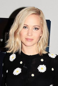 Jennifer Lawrence & Bradley Cooper Support 'Joy' at NYC Screening: Photo Jennifer Lawrence looks gorgeous in a flowered sweater at a screening of her film Joy at the Directors Guild of America Theatre on Saturday night (November in… Jennifer Lawrence Pixie, New Hair Do, Love Hair, Bradley Cooper, Katniss Everdeen, Jenifer Lawrens, Femmes Les Plus Sexy, Blonde Bobs, Girl Short Hair