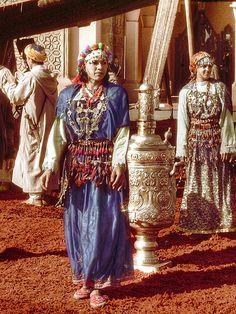 Women in Essaouira souk | Maroc Désert Expérience | http://www.marocdesertexperience.com #maroc #morocco #marruecos #marocco