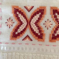 Monks Cloth, Swedish Weaving, Stitches, Diy And Crafts, Flag, Embroidery, Crochet, Satin Stitch, Bath Linens