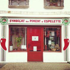 Espelette, Pays Basque. Découvrez les spécialités culinaires du pays Basque ici : www.enviedebienmanger.fr/recettes/istara