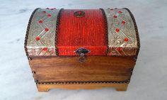 Bau com textura vermelha e dourada , latonagem envelhecida . www.elo7.com.br/esterartes