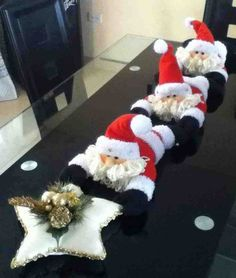 Camino de mesa papa noeles Christmas Sewing, Felt Christmas, Christmas Holidays, Christmas Ornaments, Christmas Projects, Holiday Crafts, Holiday Decor, 242, Christmas Table Decorations