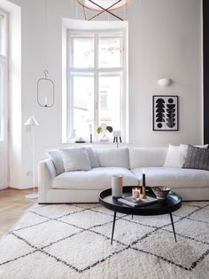 Scandinavian Rug under white sofa and black coffee table via traumzuhause Scandinavian Design Living Room, Minimalist Living Room, Cheap Home Decor, Living Room Scandinavian, Scandinavian Furniture Design, Living Decor, Small Room Design, Home Decor, House Interior