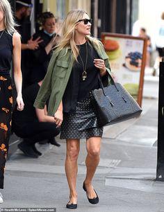 Black Leather Mini Skirt, Faux Leather Skirt, Model Street Style, Spring Street Style, Green Jacket, Khaki Jacket, Kate Moss Style, Moss Fashion, Black Skinnies