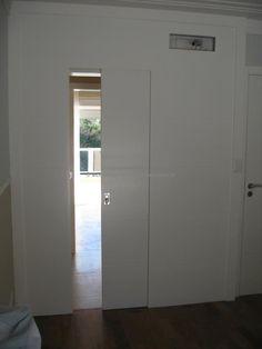 Porta de correr com painel fixo, pintuta de laca P.U branco fosco (Sayerlack) - Ecoville Portas Especiais