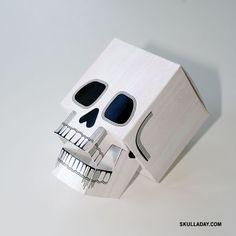 apaixonados por caveiras, façam que vale a pena imprima nesse link http://www.spacepirate.org/skulladay/papercraftskull.pdf