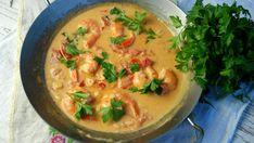 Danie przygotowywane w jednym naczyniu z krewetkami w pikantnym sosie z mleczka kokosowego, z dodatkiem… Thai Red Curry, Chili, Ethnic Recipes, Food, Chile, Chilis, Hoods, Meals