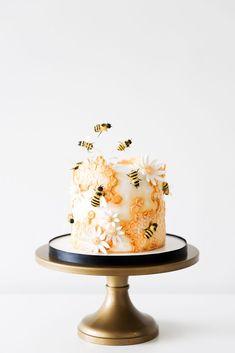 Bee Birthday Cake, Pretty Birthday Cakes, Pretty Cakes, Cute Cakes, Beautiful Cakes, Amazing Cakes, Cake Icing, Cupcake Cakes, Fondant Cakes