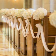 結婚式場写真「純白の花が待つバージンロード Wedding Table, Mauve, Flower Arrangements, Chairs, Dressing, Beige, Bridal, Purple, Flowers