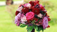 Bride bouquet ♥ Brautstrauss beerentöne, pink, rot, lila, Foto: Billy Manalief