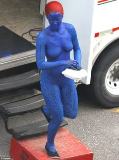 Jennifer Lawrence tucks into a meal in full Mystique body paint on set of X-Men: Days Of Future Past Mystique Jennifer Lawrence, Le Style Jennifer Lawrence, Jennifer Lawrence Movies, Xmen, Jagodibuja Comics, Jennefer Lawrence, Vaquera Sexy, Superhero Cosplay, Days Of Future Past