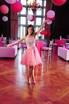 Cuando la muchacha cumple quince años lleva un vestido rosa en su fiesta. Su padre se pone su primeros par de tacones y bailan waltz.
