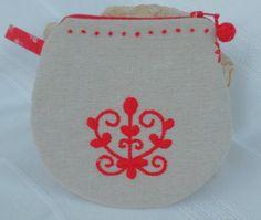 Komádi mintával díszített női neszeszer Pot Holders, Arts And Crafts, Kids Rugs, Craft Ideas, Inspiration, Bags, Home Decor, Biblical Inspiration, Handbags
