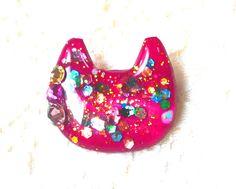 絵具やマニキュアを使ったキラキラのボルドーーの猫型ブローチ♪秋冬に特にいろいろあわせやすい^^   小物の色づかいはおしゃれの証です☆…
