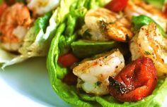 Tacos de lechuga rellenos de langostinos y pimientos
