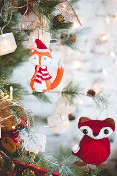 Decoração natalina com enfeite de raposa de metal e raposa de pelúcia