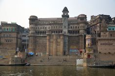 #Ranamahalaghat was constructed by he ruler of #Udaipur in 1670. Situated in the western side of #Varanasi, the ghat is located on the banks of rives Ganges and is used for performing rituals and taking holy dip. #rajasthan #touristplaces #tourism #gateways #ttot