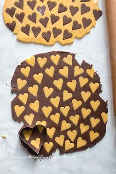 Vanilla and Cocoa Cookies (Two-Tone Hearts) - Step by step recipe - Rezepte - Dessert Recipes Cocoa Cookies, Biscotti Cookies, Vanilla Cookies, Vanilla Biscuits, Cookie Recipes, Dessert Recipes, Cookies Decorados, Banoffee Pie, Cake Topper Banner