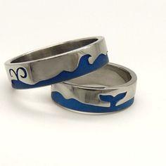 Bálnák, szerelem. Titánból készült karikagyűrűk körbefutó hullám és bálna motívummal.
