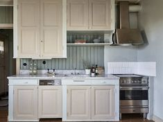 Yellow house on the beach: Modern, rustic and vintage Kitchen Interior, Interior Design Living Room, Living Room Decor, Kitchen Dining, Kitchen Decor, Kitchen Cabinets, Us White House, Cottage Kitchens, Tiny Kitchens