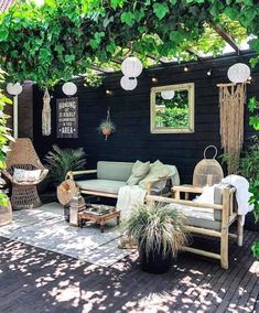 nl's patio is like a little slice of heaven! The pergola + vines, hang… - Livinghip.nl's patio is like a little slice of heaven! The pergola + vines, hang… Livinghip.nl's patio is like a little slice of heaven! The pergola + vines, hang… Home And Garden, Outdoor Decor, Small Backyard, Patio Inspiration, Backyard Decor, Better Homes, Pergola Designs
