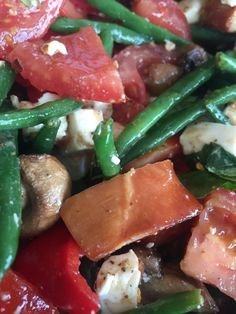 Haricots verts, smoked chicken, feta, mushrooms, tomato, red pepper, basil, za'tar, balsamic vinegar, chili, olive oil.. #salad #dinner #eatyourgreens #happybeans #happyspices #haricotsverts #basil #feta #happyfood #healthy #gezond #eten #lowcarb