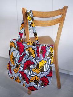 A mom bag in wax! A wax nut bag! Ankara Mode, Ankara Bags, Mothers Bag, African Accessories, Wax Flowers, Wedding Flowers, Diy Tote Bag, Diy Handbag, Couture Sewing