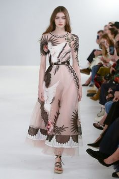 Temperley London Spring 2019 Ready-to-Wear Fashion Show Temperley London Spring 2019 Ready-to-Wear Collection – Vogue Couture Fashion, Runway Fashion, Fashion Models, Spring Fashion, London Fashion, Fashion Designers, Winter Fashion, Love Fashion, Trendy Fashion