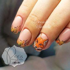 Лиса на ногтях с осенними листочками