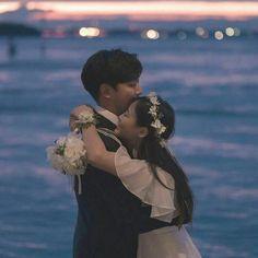Couple Korean 🌈 discovered by ʀᴏᴄᴋs✞ᴀʀ on We Heart It Korean Couple Photoshoot, Pre Wedding Photoshoot, Wedding Poses, Wedding Couples, Couple Poses Drawing, Couple Posing, Korean Wedding Photography, Couple Photography, Couple Ulzzang